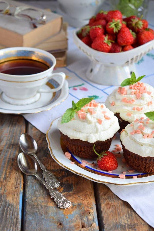 Petit g?teau de chocolat avec de la cr?me et des fraises de vanille Type de cru image libre de droits