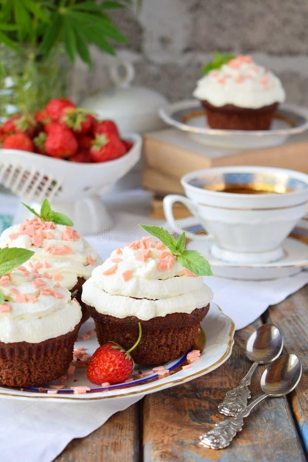 Petit g?teau de chocolat avec de la cr?me et des fraises de vanille Type de cru photographie stock