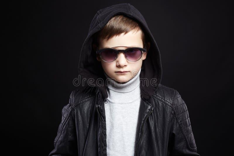Petit garçon à la mode dans le hoodie et des lunettes de soleil photo stock