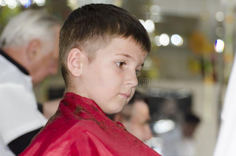 Petit garçon à la raboteuse de cheveux photographie stock