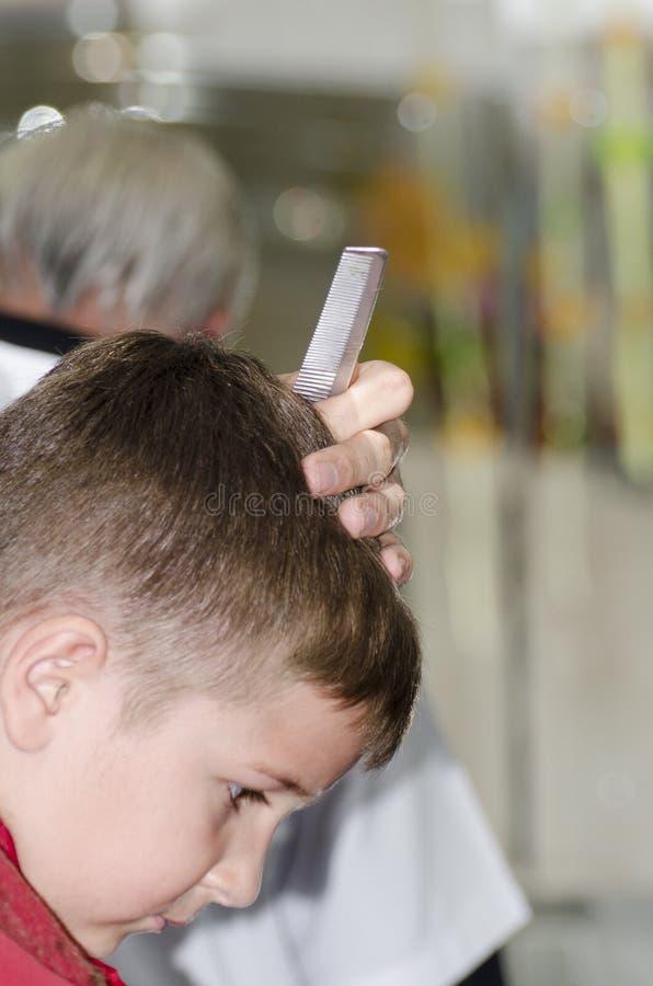 Petit garçon à la raboteuse de cheveux image libre de droits