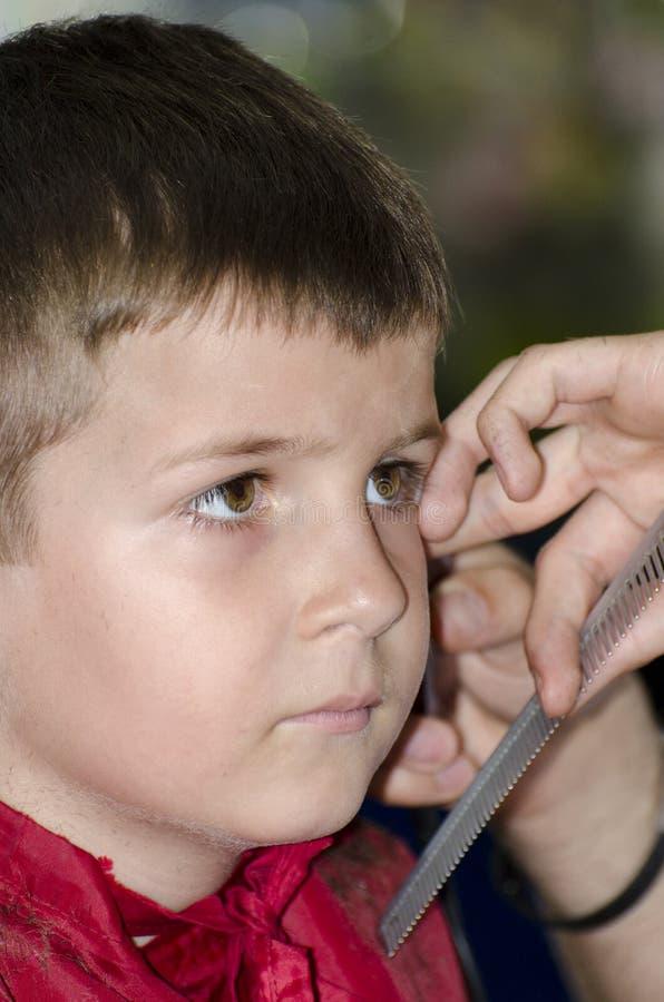Petit garçon à la raboteuse de cheveux photographie stock libre de droits