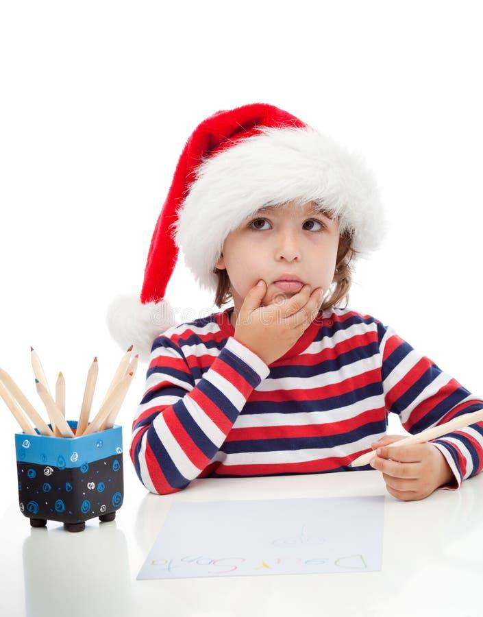 Petit garçon écrivant une lettre à Santa image libre de droits