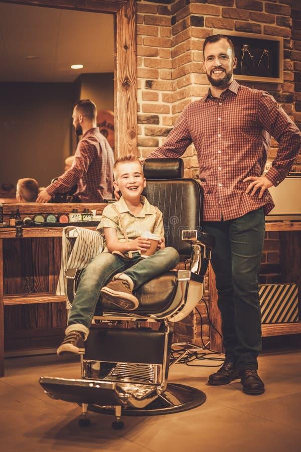 Petit garçon élégant et son père image stock