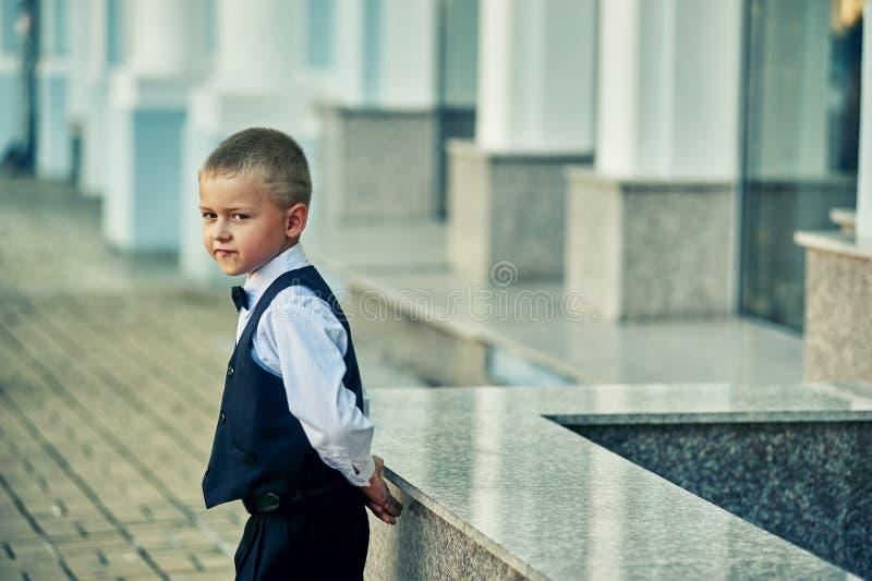 Petit garçon élégant sur la rue de ville photos libres de droits