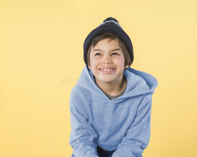 Petit garçon adorable dans le pull molletonné bleu images stock
