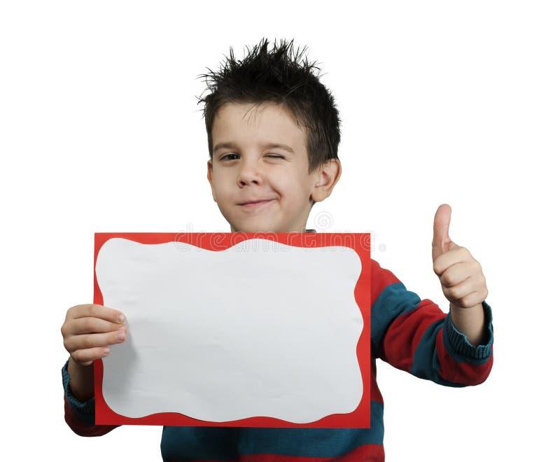 Petit garçon affichant le symbole en bon état images stock
