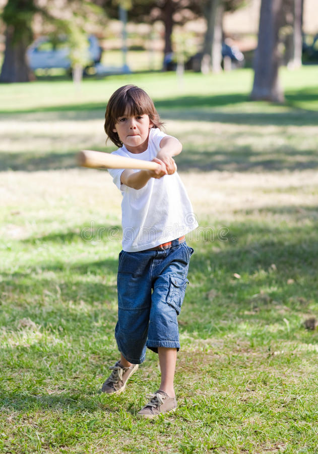 Petit garçon animé jouant au base-ball photographie stock libre de droits