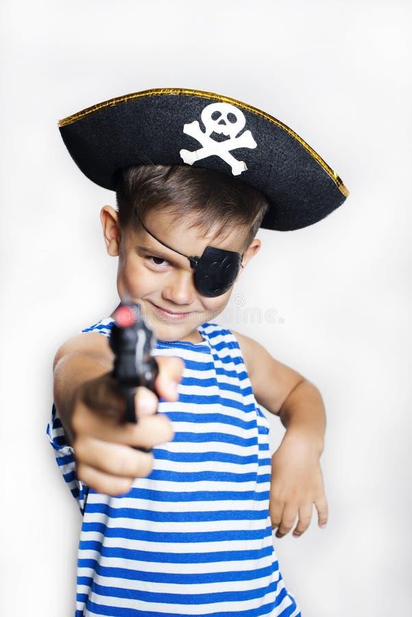 Petit garçon 5-6 années utilisant un costume de pirate images stock