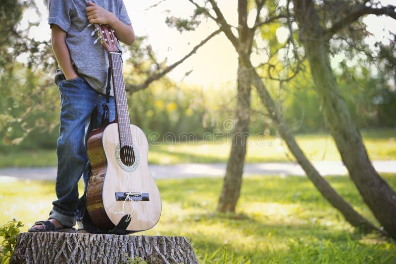 Petit garçon anonyme avec la guitare photographie stock libre de droits