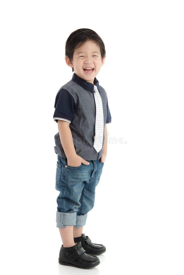 Petit garçon asiatique heureux sur le fond blanc image stock