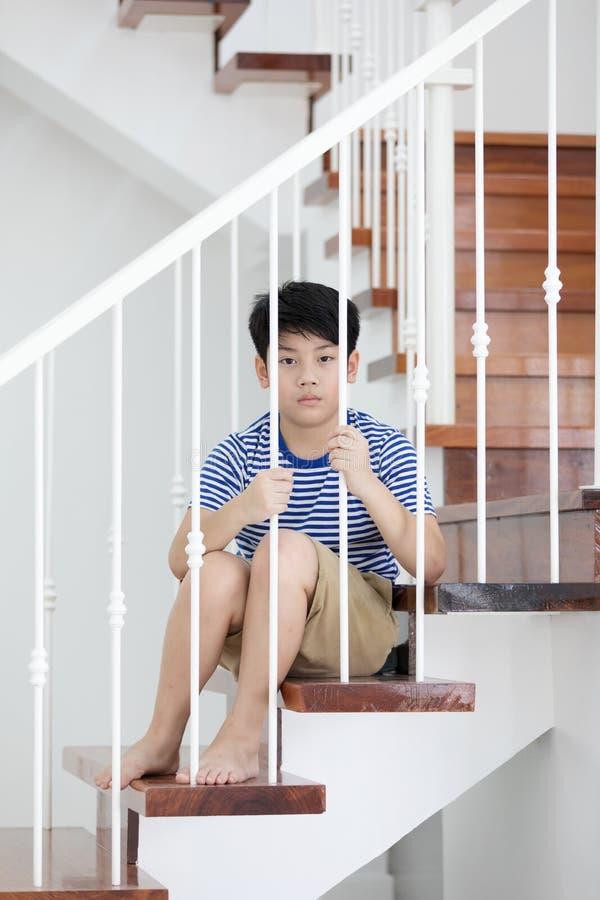 Petit garçon asiatique, perdu dans les pensées, et triste photos stock