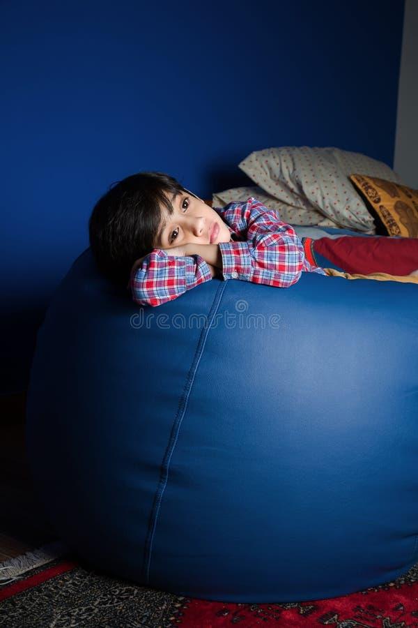 Petit garçon asiatique se sentant triste photos stock