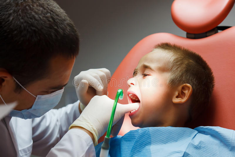 Petit garçon au dentiste photo stock