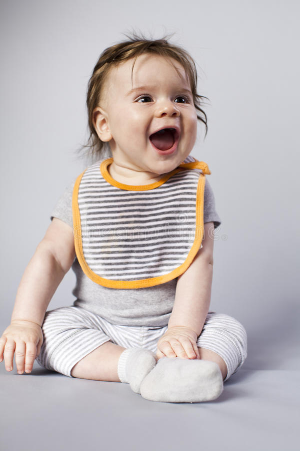 Petit garçon avec de longs cheveux et grand sourire. images libres de droits