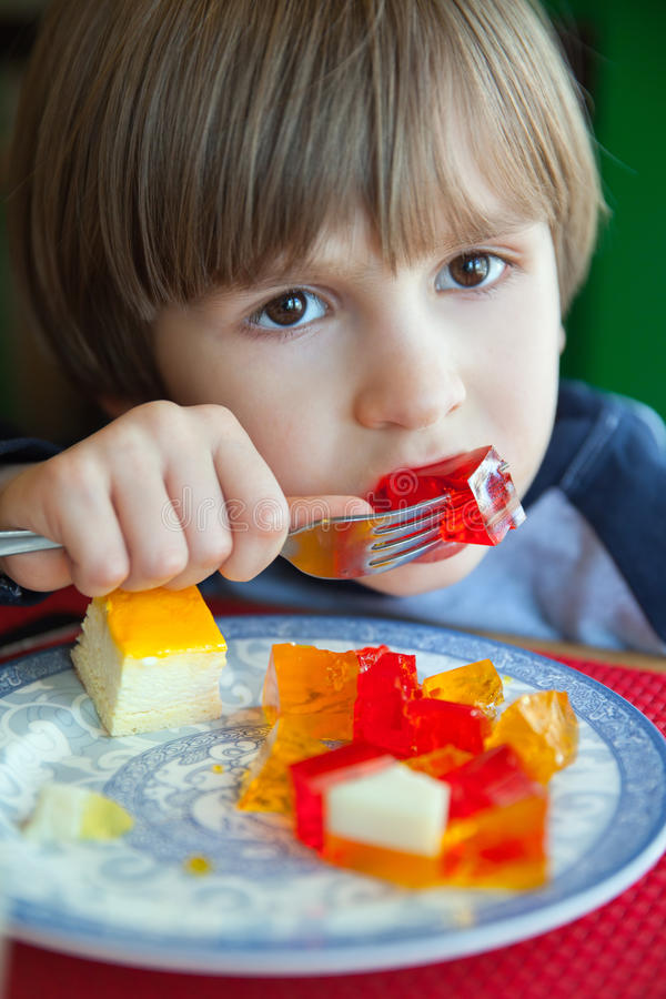 Petit garçon avec de petits cubes en gelée photos libres de droits