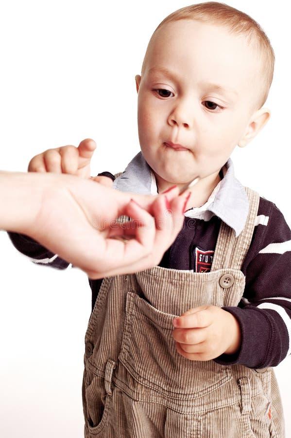 Petit garçon avec des pièces de monnaie photo libre de droits
