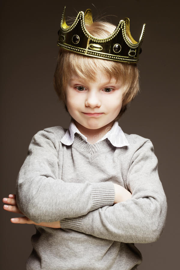 Petit garçon avec la couronne photos libres de droits