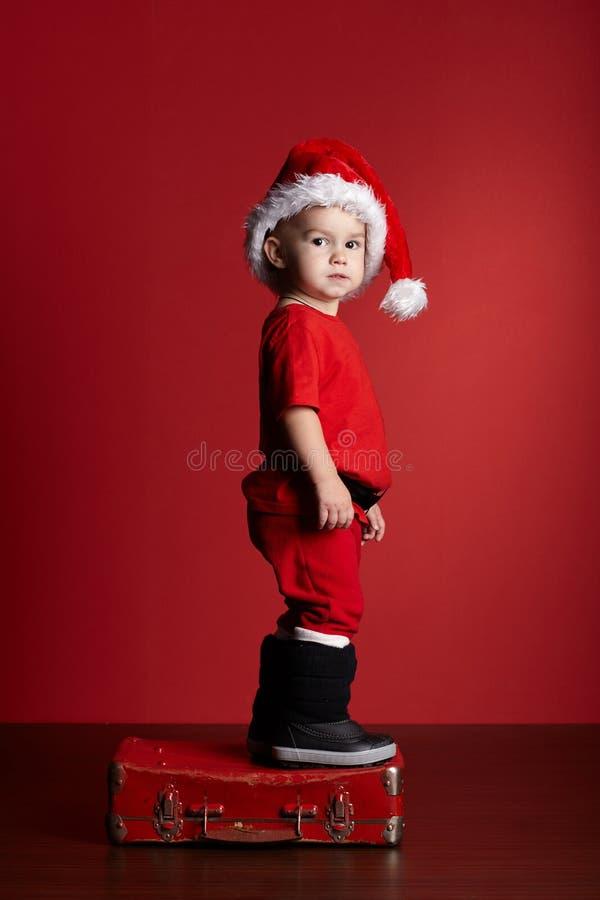 Download Petit Garçon Avec La Valise De Noël Photo stock - Image du enfance, beau: 45352666