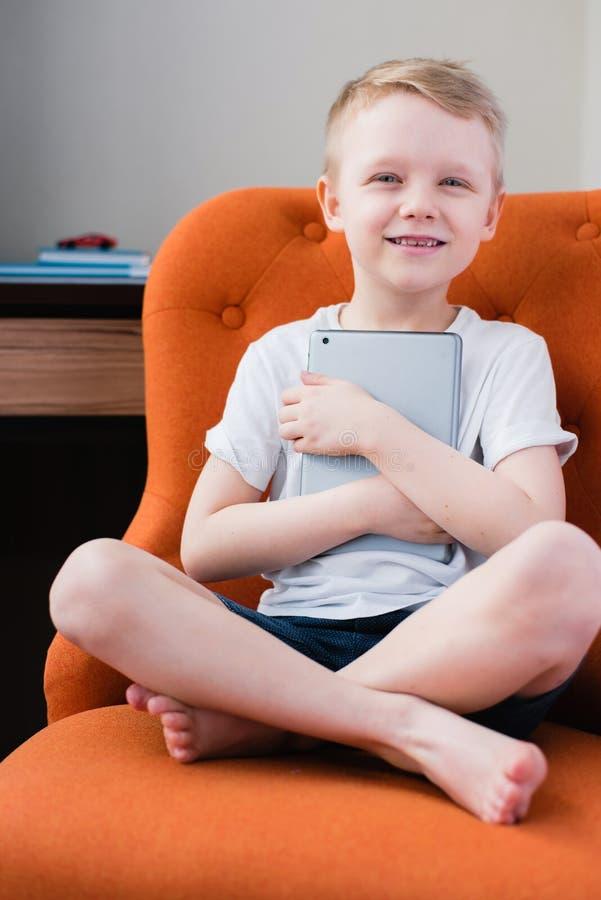 Petit garçon avec le comprimé numérique photo stock