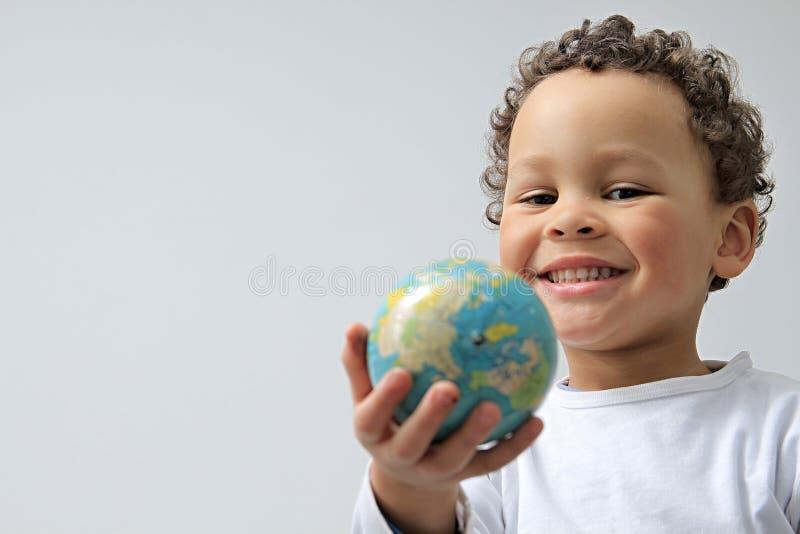 Petit garçon avec le globe photos libres de droits
