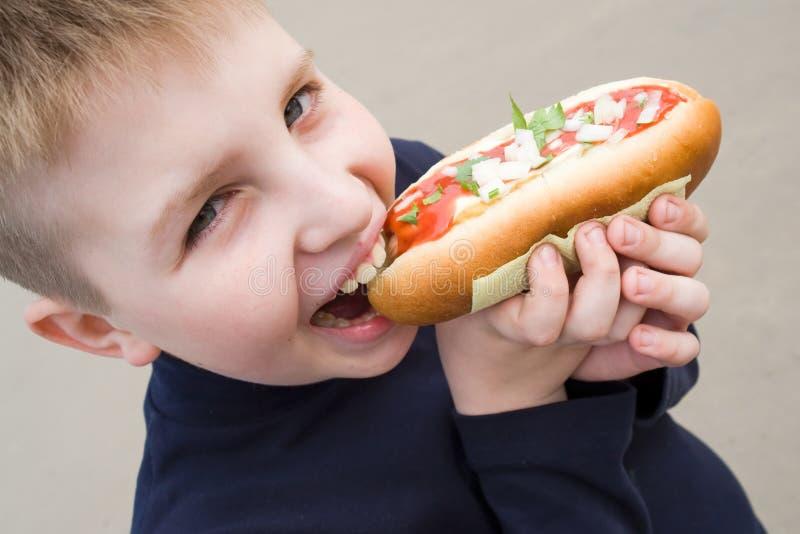 Petit garçon avec le grand sandwich photographie stock