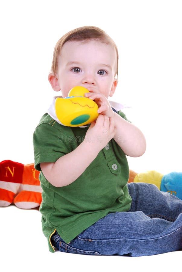 Petit garçon avec le jouet de canard. photos libres de droits