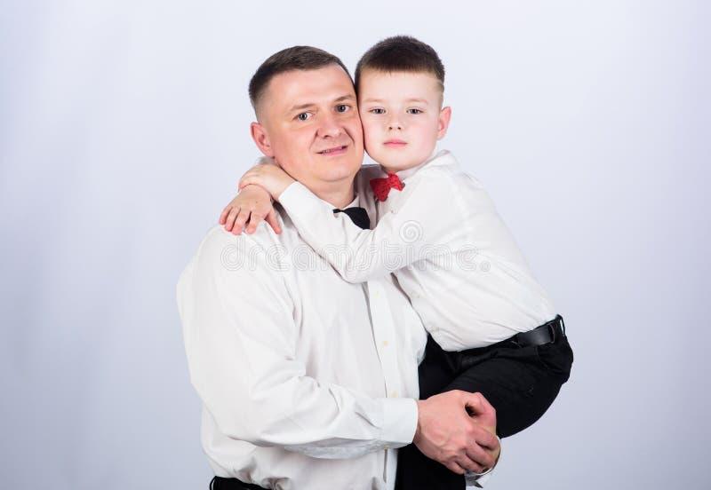 Petit garçon avec le monsieur de papa Jour de famille Enfant heureux avec le p?re parler de sourire de contact d'ordinateur porta photos stock