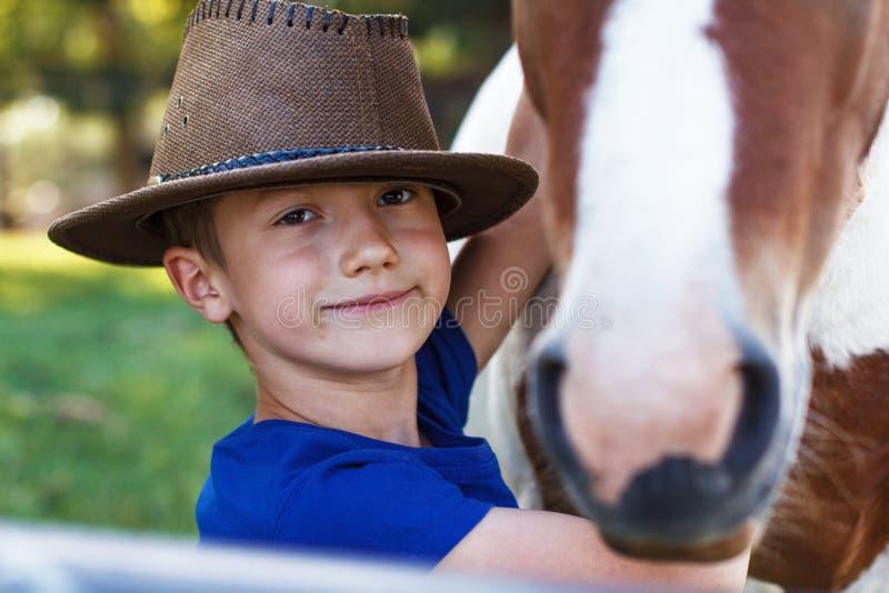 Petit garçon avec le plan rapproché de poney photo libre de droits