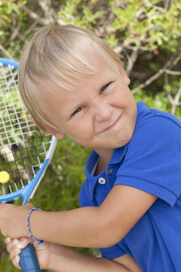 Petit garçon avec le raket de tenis photo stock