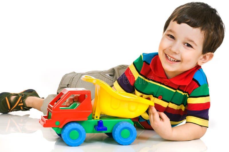 Petit garçon avec le véhicule de jouet photo stock