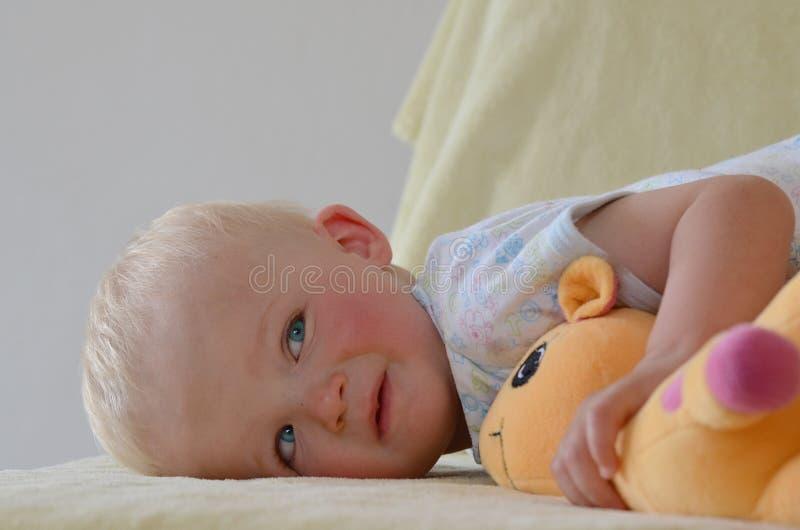 Petit garçon avec son jouet bourré images libres de droits