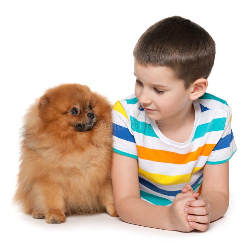 Petit garçon avec un petit chien photo stock