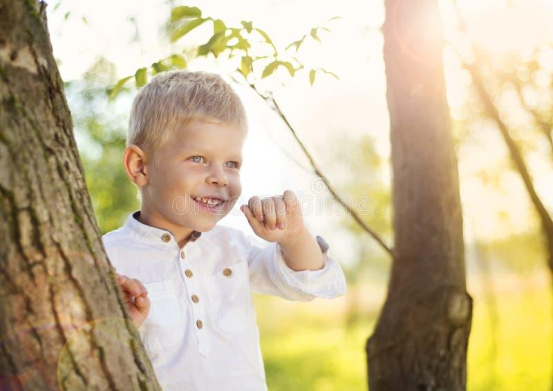 Petit garçon ayant l'amusement dans un parc photos stock