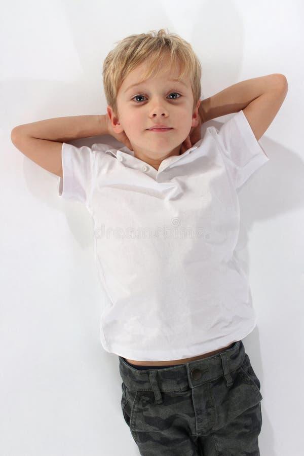 Petit garçon beau avec l'attitude absolument pleine d'assurance photo libre de droits