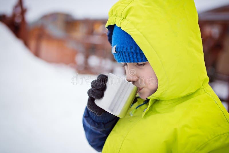 Petit garçon buvant la boisson chaude photo stock