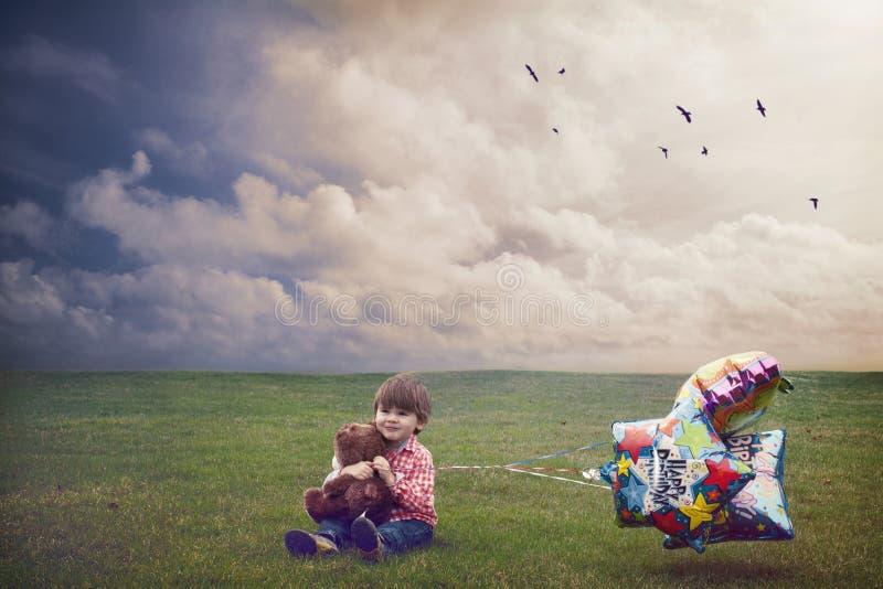Petit garçon célébrant son anniversaire image libre de droits