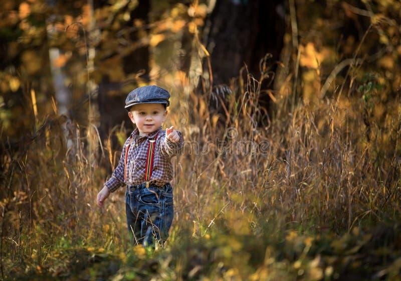 Petit garçon caucasien jouant dans le paysage de printemps photo stock