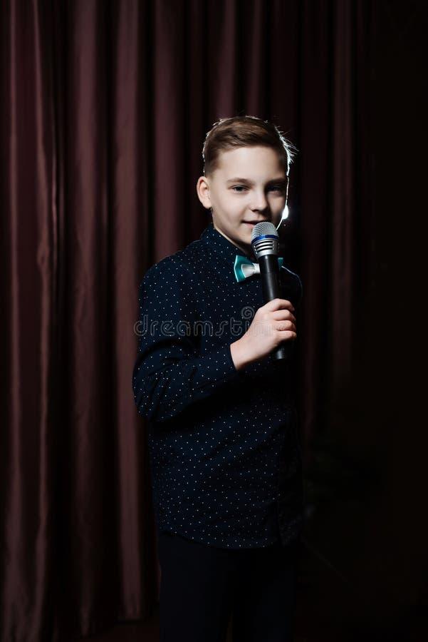 Petit garçon chantant dans microphone enfant dans le karaoke image libre de droits