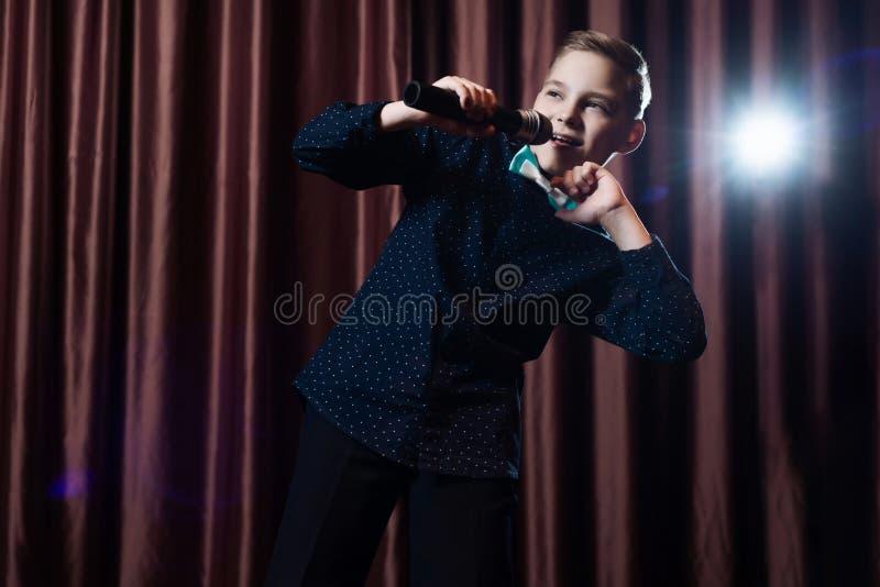Petit garçon chantant dans microphone enfant dans le karaoke images libres de droits