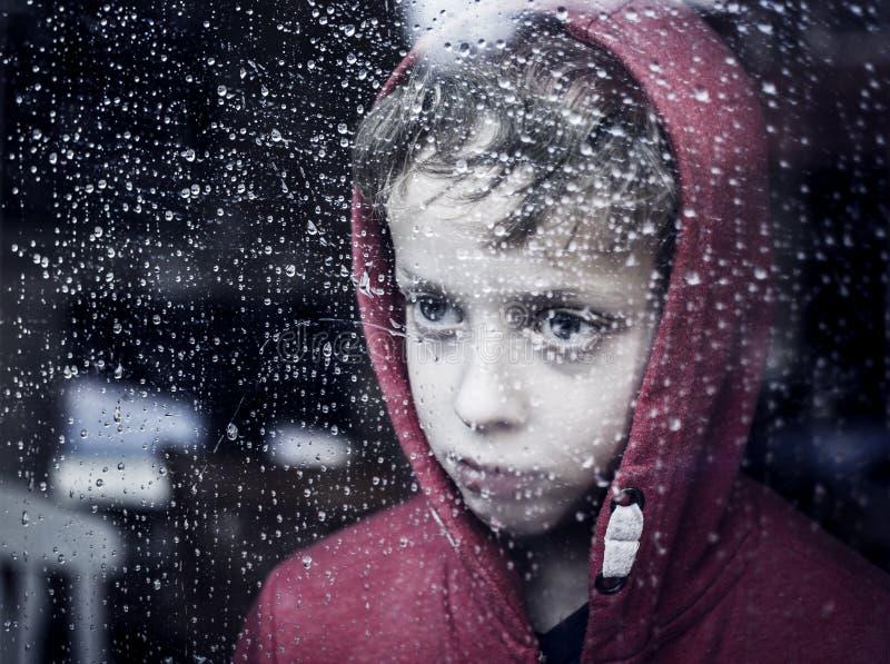Petit garçon déprimé image libre de droits