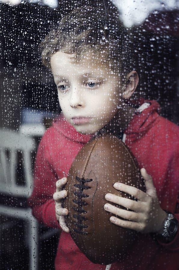 Petit garçon déprimé photographie stock libre de droits