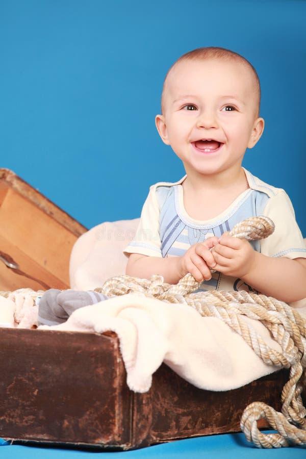 Petit garçon dans des rires d'un costume de marin photo stock
