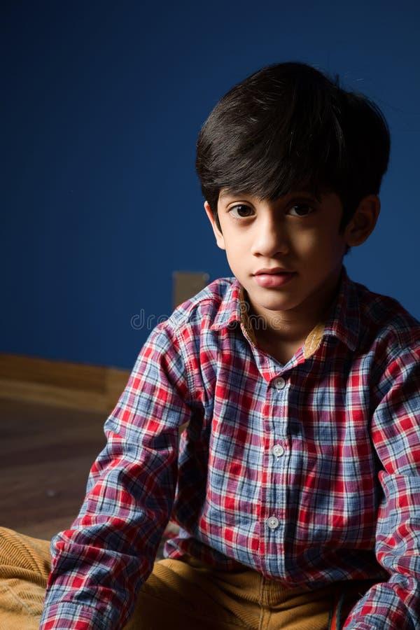 Petit garçon dans l'humeur sérieuse ombres photographie stock