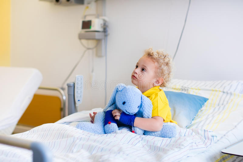 Petit garçon dans la chambre d'hôpital images stock