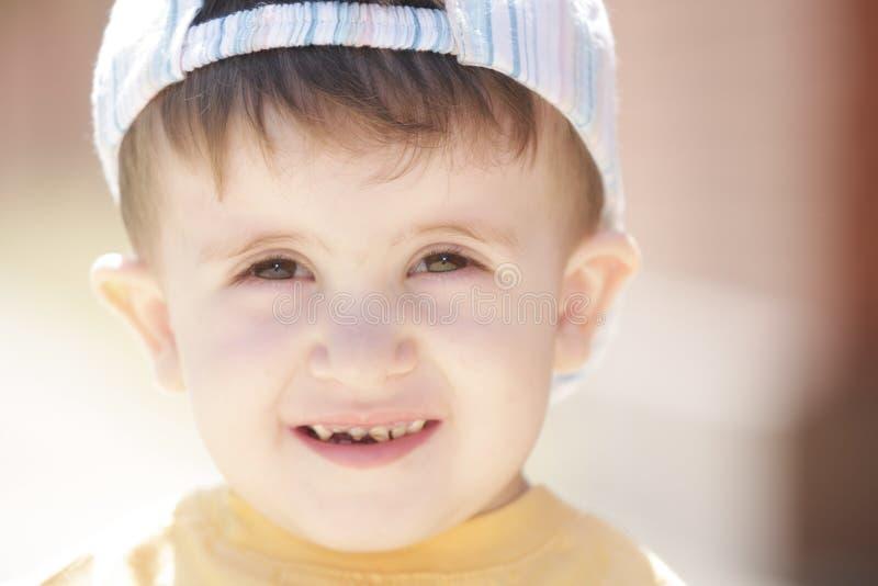 Petit garçon dans la chemise jaune photo stock