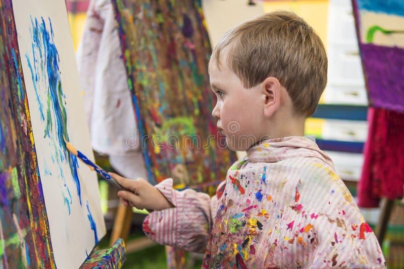 Petit garçon dans la classe d'art photo libre de droits