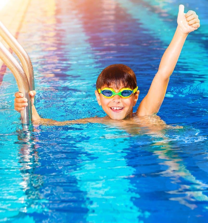 Petit garçon dans la piscine photos stock
