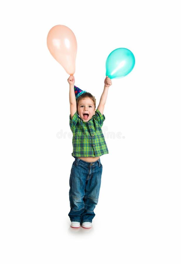 Petit garçon dans le capuchon d'anniversaire photo stock