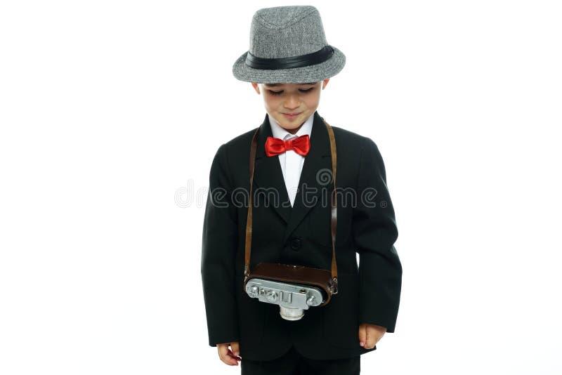 Petit garçon dans le chapeau et le costume noir images stock